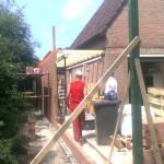 De muren van de aanbouw staan en de profielen voor de tuinmuur zijn gesteld ook de balklaag is al gesteld.